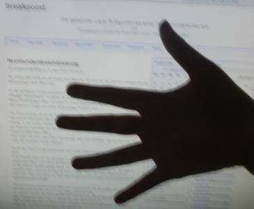 Hand vor Bildschirm